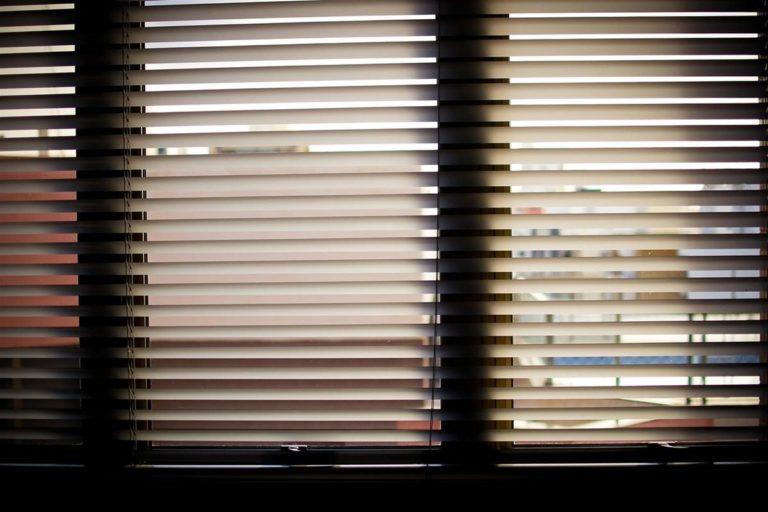 Rolety w oknach to praktyczne rozwiązanie
